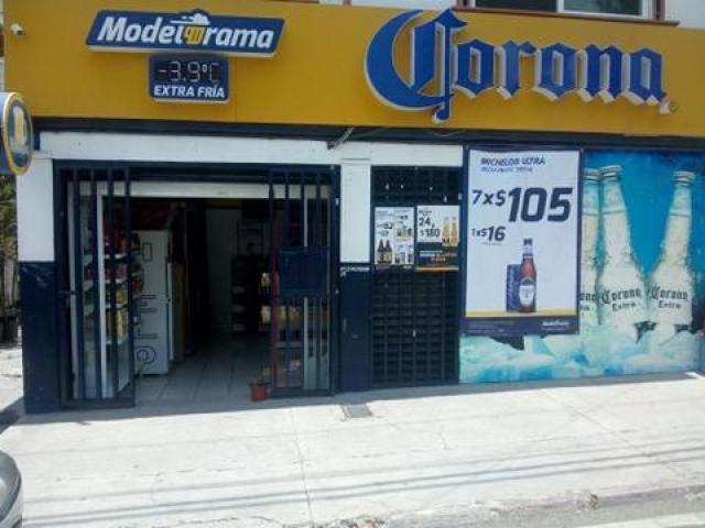 Modelorama con permiso de venta de alcohol.